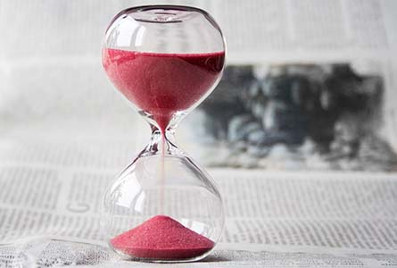 Hourglass to represent time investment as one of the main differences between transcreation and translation.