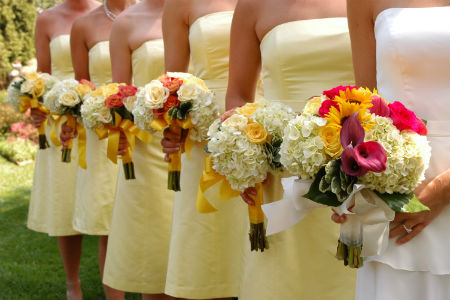 Bridesmaids in yellow dresses for Spanish-English fashion translators